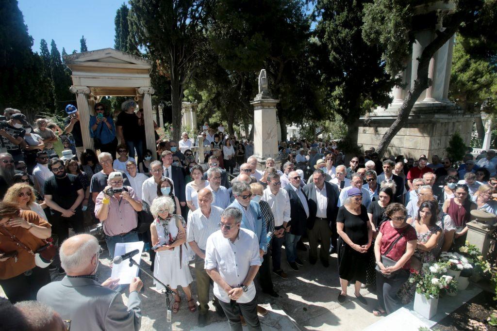 Πλήθος κόσμου τίμησε τον αγωνιστή της Αριστεράς Μανώλη Γλέζο (φωτογραφίες)