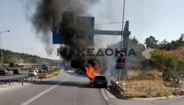 Θεσσαλονίκη: Δίπλα από αυτοκίνητο που έπιασε φωτιά πέρασε η πομπή με τον πρόεδρο της Δημοκρατίας