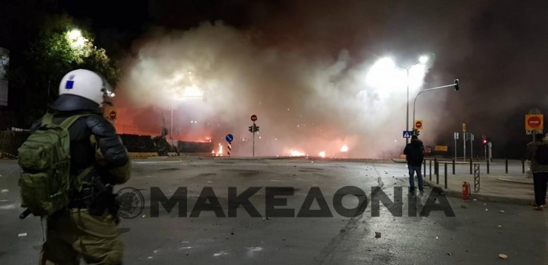 Αποπνικτική η ατμόσφαιρα στο κέντρο της Θεσσαλονίκης - Πολίτες προσπαθούν να ξεφύγουν από τα χημικά (Βίντεο)