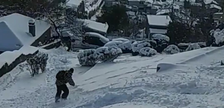Θεσσαλονίκη: Νεαρός έκανε snowboard στην Άνω Πόλη (βίντεο)