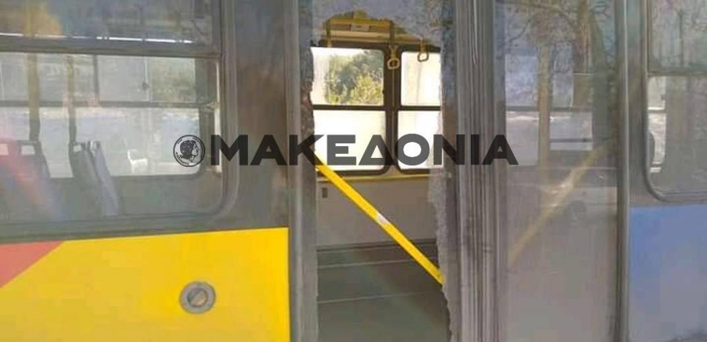 Θρύψαλα τζάμι πόρτας σε λεωφορείο του ΟΑΣΘ (φωτογραφίες)
