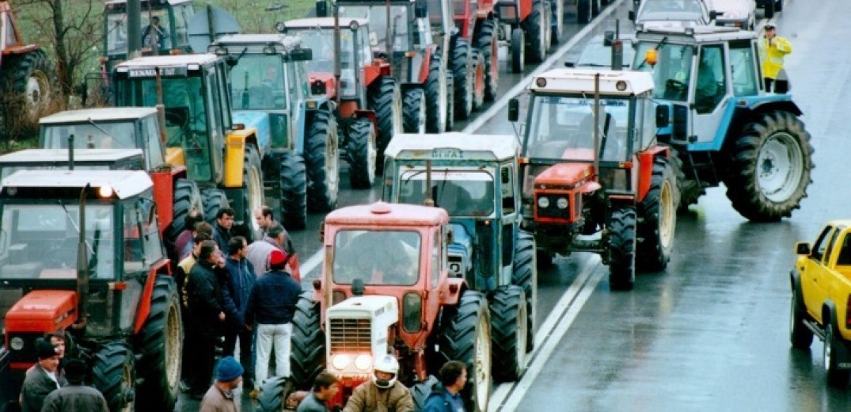 Αμετακίνητοι στα μπλόκα τους αγρότες και κτηνοτρόφοι