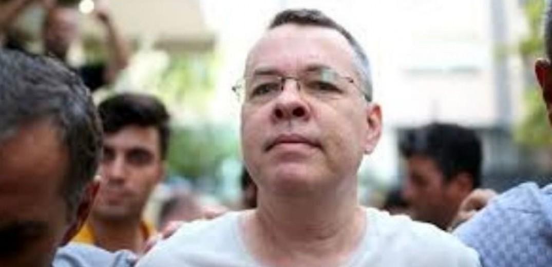 Άρση του κατ' οίκον περιορισμού του πάστορα Μπράνσον αποφάσισε δικαστήριο