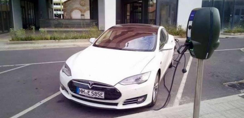 Για πρώτη φορά ηλεκτρικό αυτοκίνητο φορτίστηκε στο σταθμό της ΠΚΜ