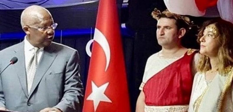 Η Τουρκία ανακάλεσε την πρέσβειρά της στην Ουγκάντα, επειδή ντύθηκε με αρχαιοελληνικό χιτώνα!