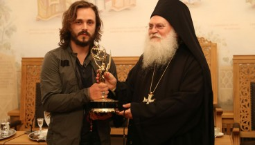 Αμερικανός ηθοποιός χάρισε το ΕΜΜΥ του στη μονή Βατοπεδίου!