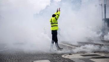 Συγκρούσεις στη διαδήλωση των «κίτρινων γιλέκων» στο Παρίσι