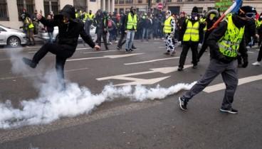 Δακρυγόνα εναντίον των διαδηλωτών, σε επεισόδια που ξέσπασαν στις διαδηλώσεις των κίτρινων γιλέκων