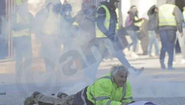 """Δακρυγόνα και πλαστικές σφαίρες κατά των """"Κίτρινων Γιλέκων"""" στο κέντρο του Παρισιού"""