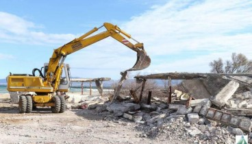 Κατεδαφίζονται τα επικίνδυνα κτίρια στο κάμπινγκ της Αγίας Τριάδας