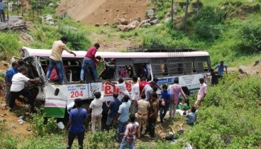 Ινδία: Τουλάχιστον 55 νεκροί από πτώση λεωφορείου σε φαράγγι