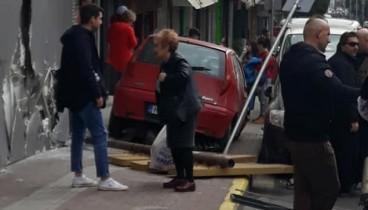 Θεσσαλονίκη: Αυτοκίνητο ξήλωσε πινακίδες και έπεσε σε γυμναστήριο (Φωτ.)