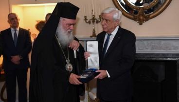 Ο πρόεδρος της Δημοκρατίας παρασημοφόρησε τον αρχιεπίσκοπο Ιερώνυμο