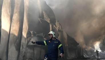 Σε εξέλιξη πυρκαγιά σε αποθήκη χαρτικών στα Γλυκά Νερά