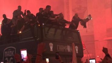 Ώρα 01:30: Έφτασε στο Λευκό Πύργο η ομάδα του ΠΑΟΚ (videos+photos)
