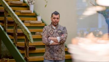 Νίκος Γαϊτάνος: Ο green chef που φτιάχνει vegan κοτομπέικον
