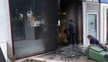 Επίθεση με γκαζάκια και βαριοπούλες σε τράπεζα στην Αθήνα (φωτο)