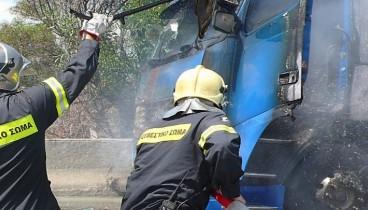 Έπιασε φωτιά εν κινήσει φορτηγό με καυσόξυλα