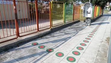 Οδηγούς κίνησης παιδιών σε πεζοδρόμια σχολείων τοποθέτησε ο δήμος Καρδίτσας