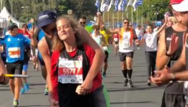 Συγκλονιστικός τερματισμός 14χρονου τετραπληγικού κοριτσιού στο Μαραθώνιο της Αθήνας (video)