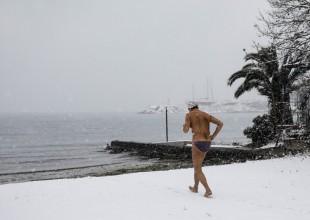 Όταν σταματούν τα αστικά αλλά συνεχίζουν οι... χειμερινοί κολυμβητές